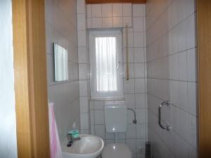 Toilette im Erdgeschoss, Halterung an der Wand