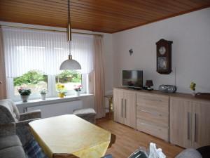 Blick auf die Seite des Wohnzimmers, auf den Fernseher, Schrank und das Radio