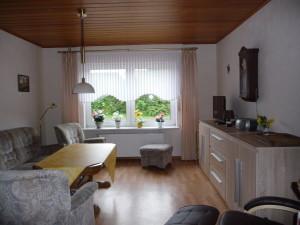 Wohnzimmer der Ferienwohnung, seitlich, Blick auf Schrank und Fernseher